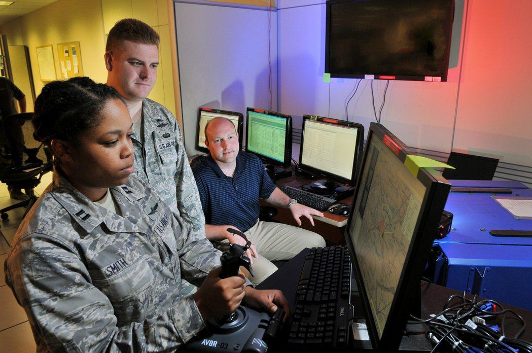 正在練習操作無人機的美國空軍人員。 圖/美國空軍