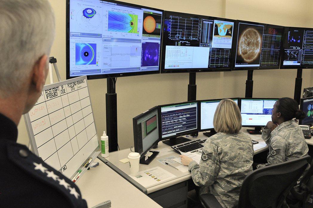 未來太空戰更依靠電腦,軟殺可能比硬殺更有效。 圖/美國空軍