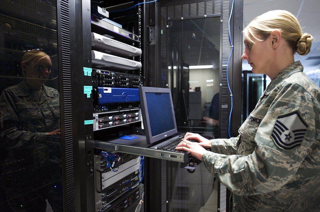 電信節點是網路戰中攻擊目標。 圖/美國空軍