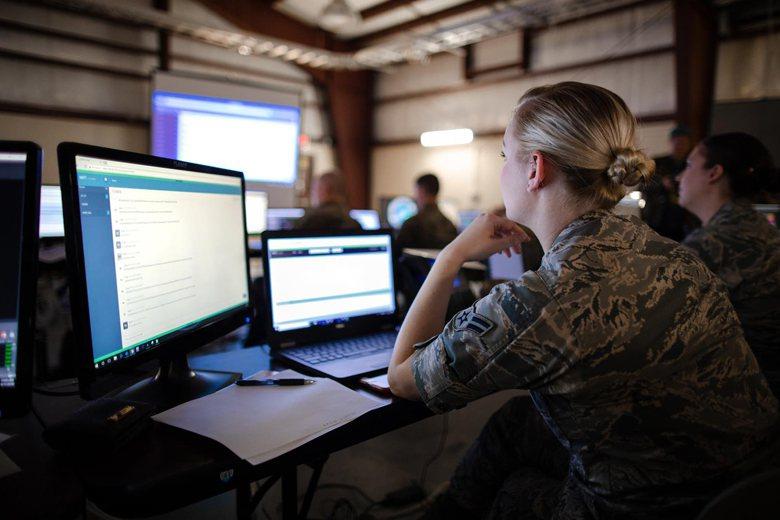 許多國家都已開始研製可隨時備便的專業化網路攻擊武器。圖為美國陸軍電戰小組。 圖/取自DVIDS網站