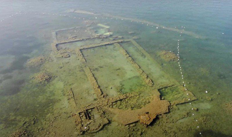 圖/擷取自太陽報 疫情讓工廠和經濟活動全面停擺,廢水不再排放,使得伊茲尼克湖水面下的教堂遺址相當清楚易見。