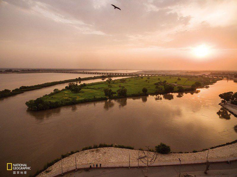 巴基斯坦/來自山上由冰雪灌注的洶湧水流,在巴基斯坦南部信德省的平原上完全開展。遠處隱約可見的蘇庫爾攔河堰建於殖民時期,將印度河分導至水渠網絡,以灌溉栽種在沙漠中的棉花、小麥和稻米等作物。英國人在印度河沿岸建設的灌溉系統,至今仍是全世界最大的。 。攝影:布蘭登.霍夫曼 BRENDAN HOFFMAN