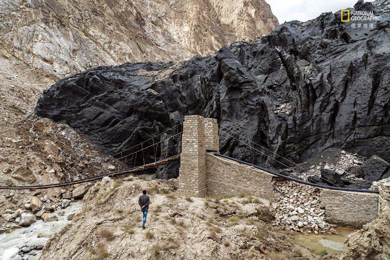 巴基斯坦/在巴基斯坦北部山區,因礫石而顯得黝黑的希石伯爾冰河,曾在2018年衝入水管與其他公共建設。這波湧流可能是融冰加速所造成的。 。攝影:布蘭登.霍夫曼 BRENDAN HOFFMAN