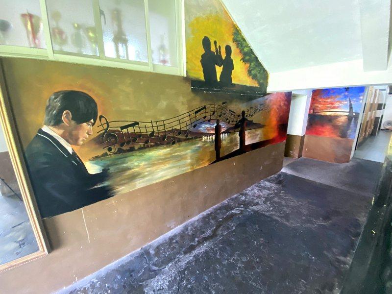 淡江中學外牆面進行彩繪,將周杰倫電影「不能說的秘密」場景,用畫筆畫在牆上。 圖/紅樹林有線電視提供