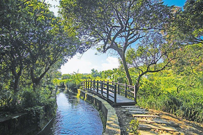 步道沿途有小橋流水,富有典雅趣意。 【圖‧林良哲】