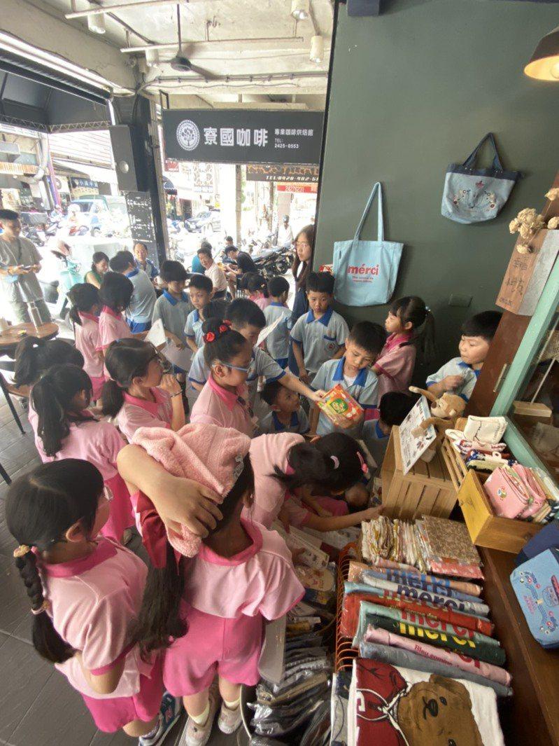 基隆打造閱讀一條街生活隨處可讀,家長和學生都可享用。圖/基隆市政府提供