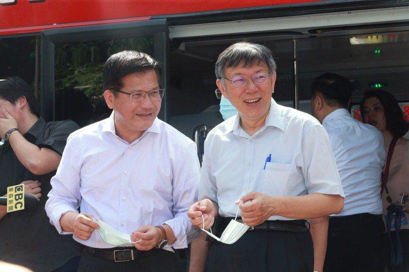 交通部長林佳龍(左)針對旅行社說出「沒競爭力就退場」,被批評是對旅行業補刀。圖/聯合報系資料照片
