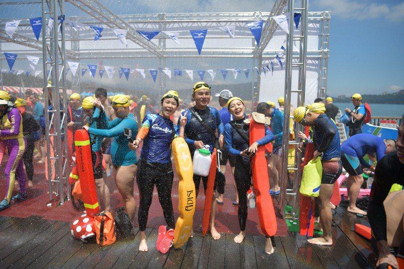 日月潭萬人今年泳渡活動,宣布7月11日8時起開放網路報名,限額2萬人。本報系資料照片