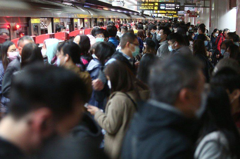 原為鼓勵民眾多使用大眾運輸的定期票,現在要反而要查使用者行動軌跡,柯市府的執政邏輯讓人錯亂。 圖/聯合報系資料照片