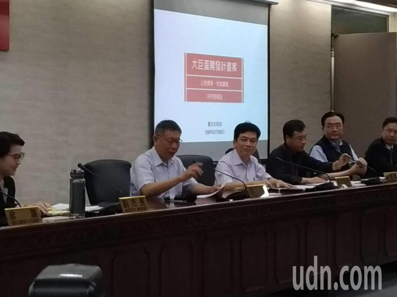 台北市長柯文哲今天批評,政府應該要聰明,應該要走在時代前端。裝冷氣不是唯一方法,而是要做綠建築的建設才對。記者林麗玉/攝影