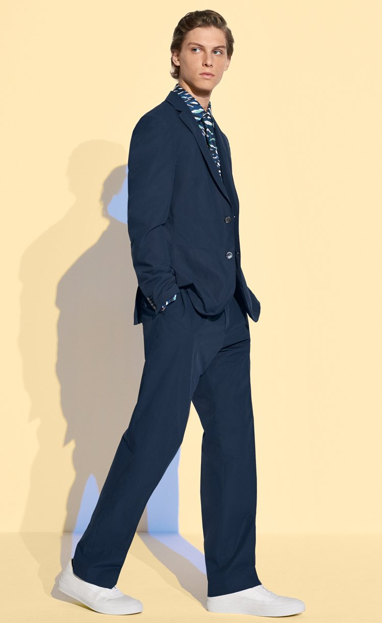 BOSS維持了西裝的輪廓但選用特殊輕薄面料,再捨棄厚重的結構,帶出父親的休閒寫意...