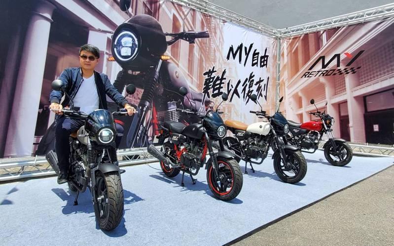 宏佳騰執行長林東閔與MY 150 Retro ABS 合影。業者提供