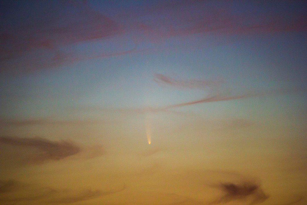 新彗星C/2020 F3 NEOWISE,拍攝者位置在新竹寶二水庫。圖/台灣親子...