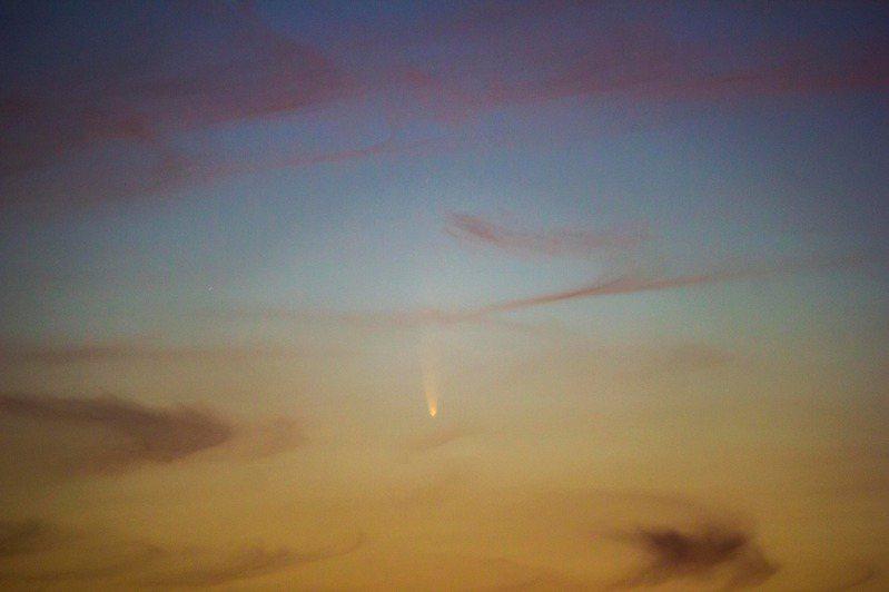新彗星C/2020 F3 NEOWISE,拍攝者位置在新竹寶二水庫。圖/台灣親子觀星會提供