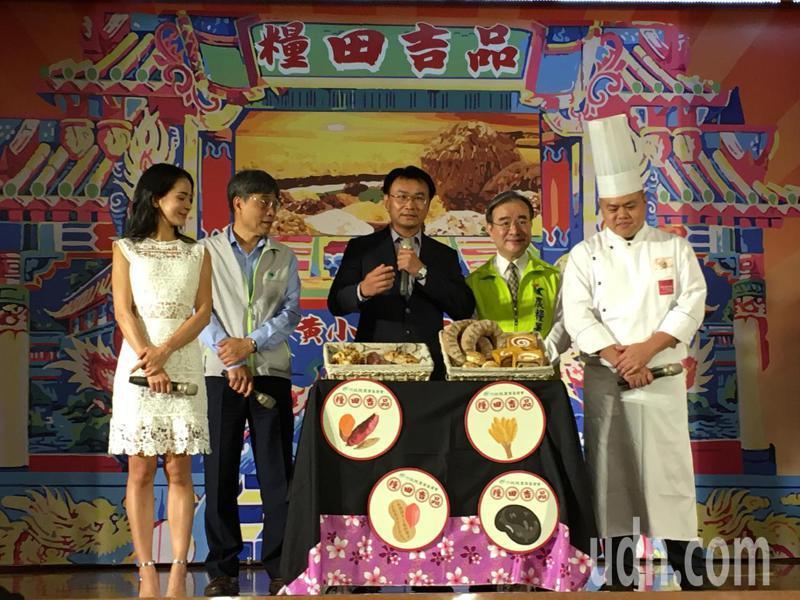 農委會主委陳吉仲(中)今出席國產雜糧整合行銷啟動記者會。記者吳姿賢/攝影