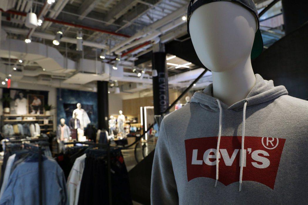 Levi's年度第2季營收年減62%至4.98億美元。路透