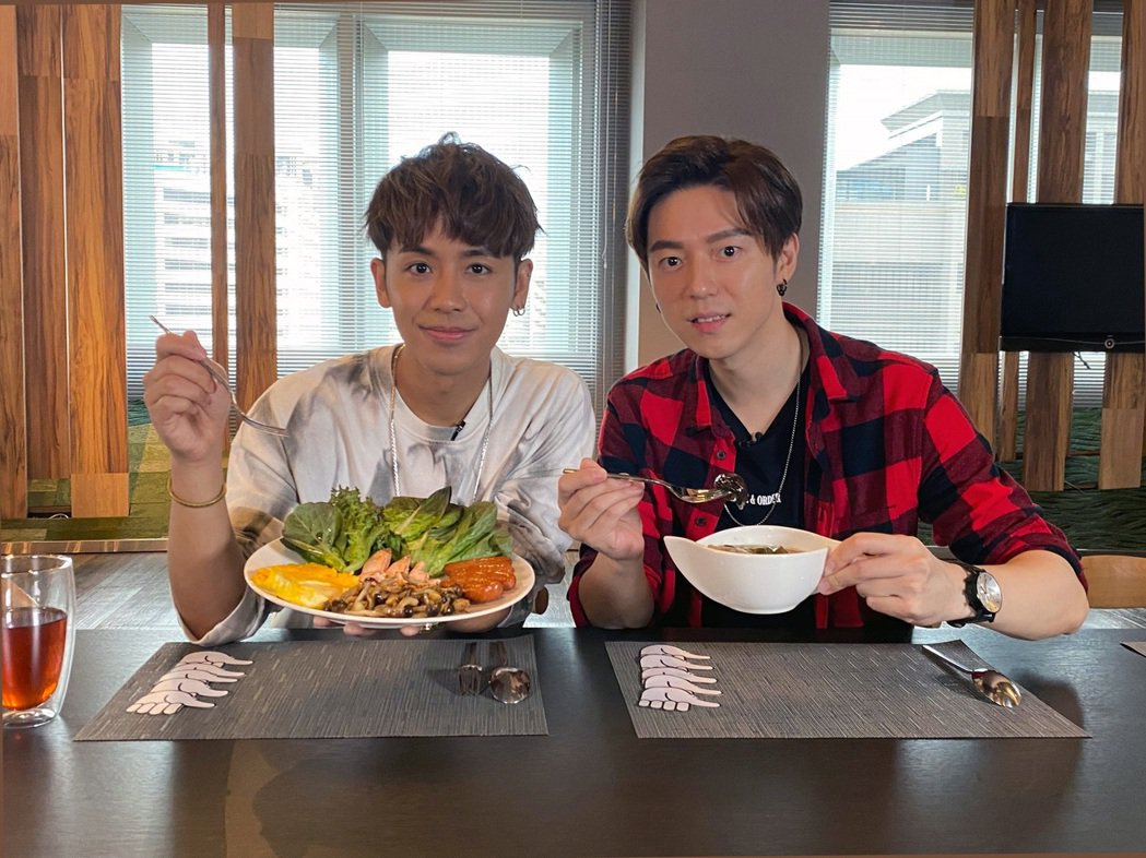 GJ蔣卓嘉(右)與鼓鼓PK廚藝。圖/索尼音樂提供
