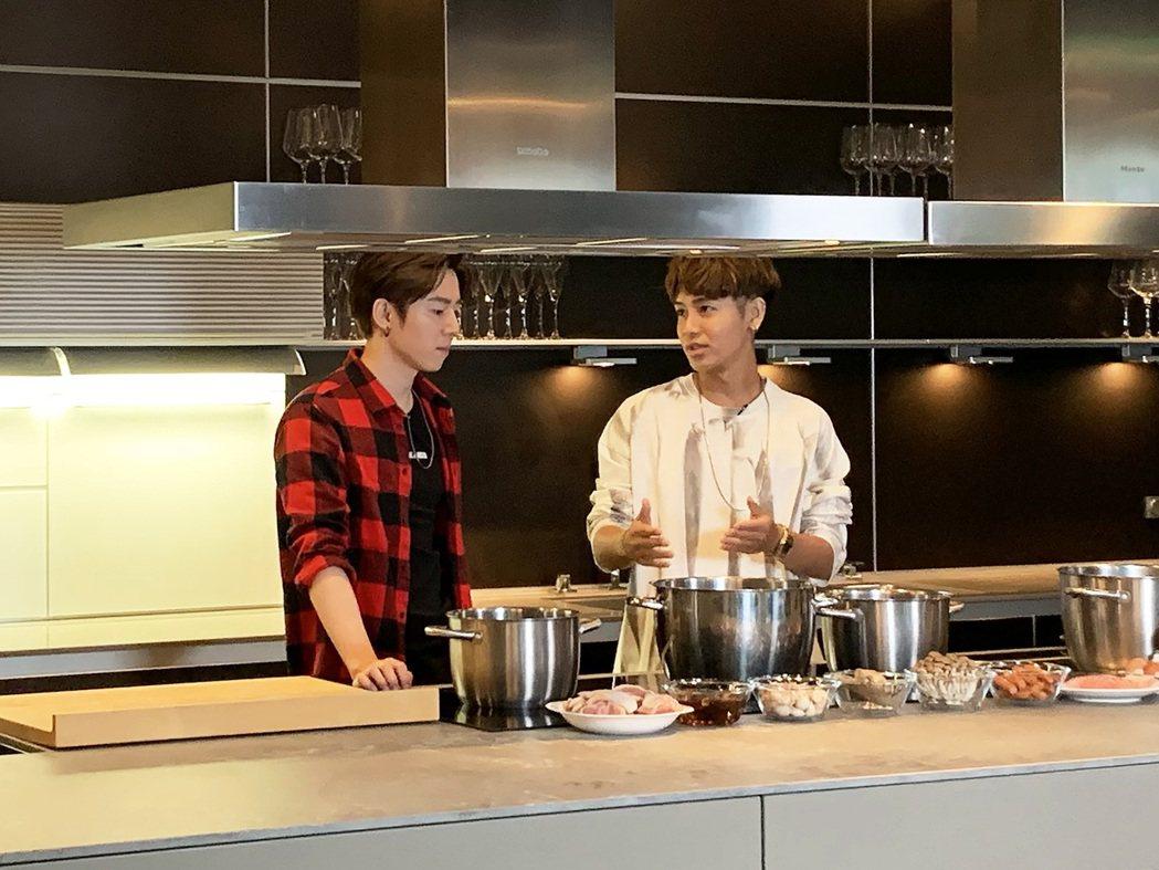 GJ蔣卓嘉(左)與鼓鼓PK廚藝。圖/索尼音樂提供