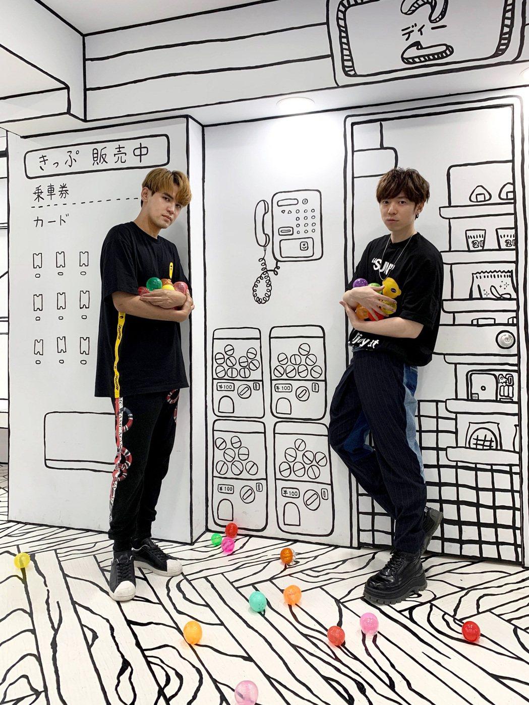 GJ蔣卓嘉(右)與陳零九對決玩遊戲。圖/索尼音樂提供
