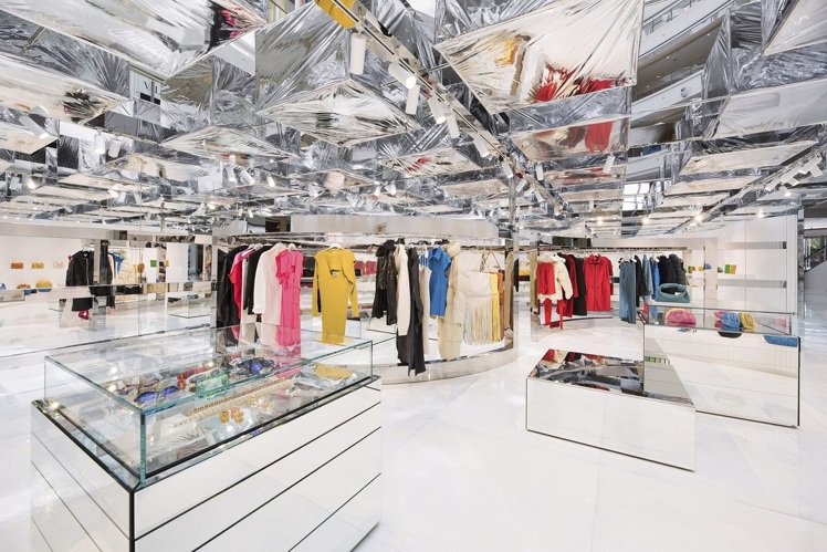 「隱市之店」展示包括男女裝成衣、手袋、小皮具、鞋履、珠寶首飾以及眼鏡在內的202...