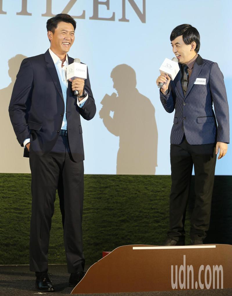 王建民代言手表,身高差距懸殊的主持人黃子佼只好站在「高台」訪問。記者侯永全/攝影