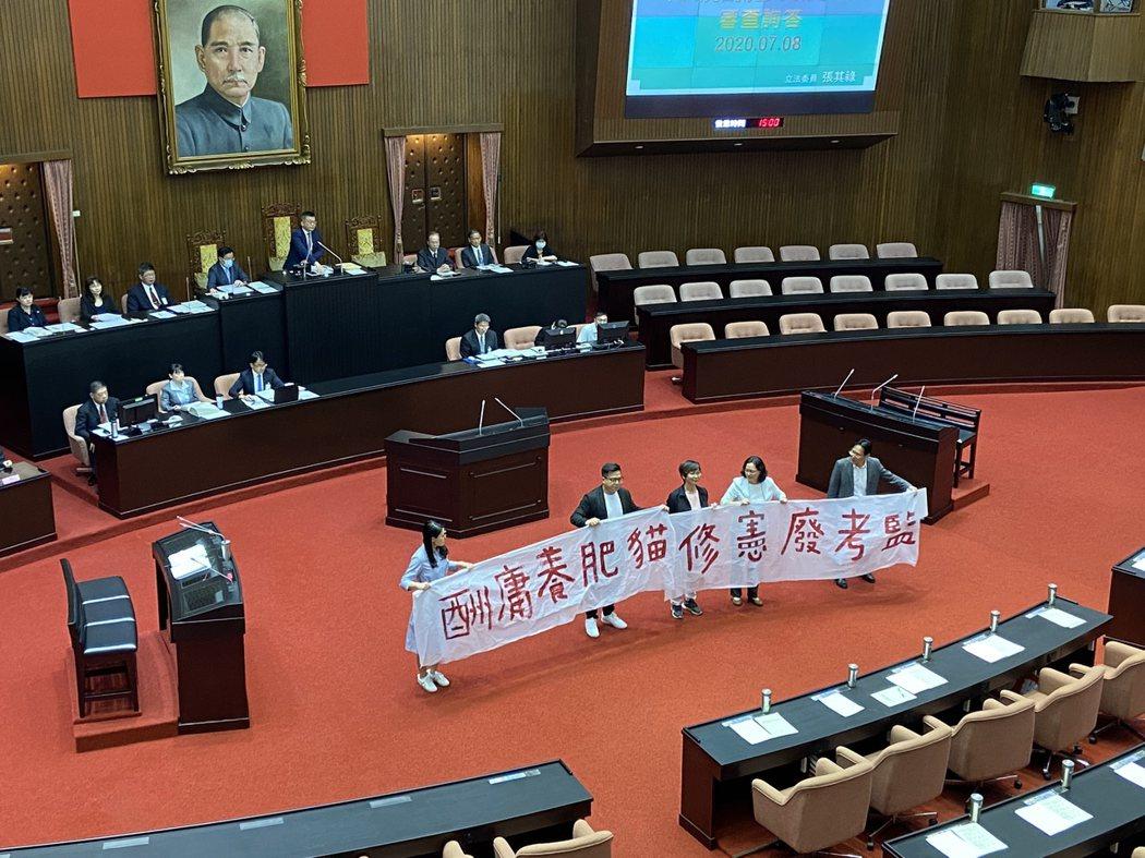 立委在議場內拉起「修憲廢考監」布條。記者蔡晉宇/攝影