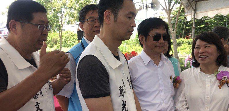 嘉義市長黃敏惠(右)與民進黨議員蔡文旭(左)爭論,交通部次長祁文中(右二)默默離開。記者李承穎/攝影