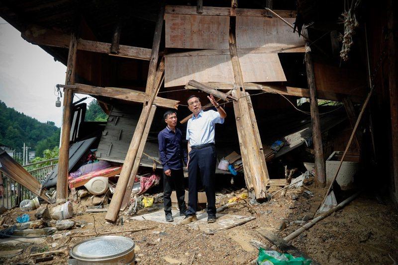 圖為大陸國務院總理李克強表示在貴州銅仁山區探望受災貧困戶。(取自中國政府網)