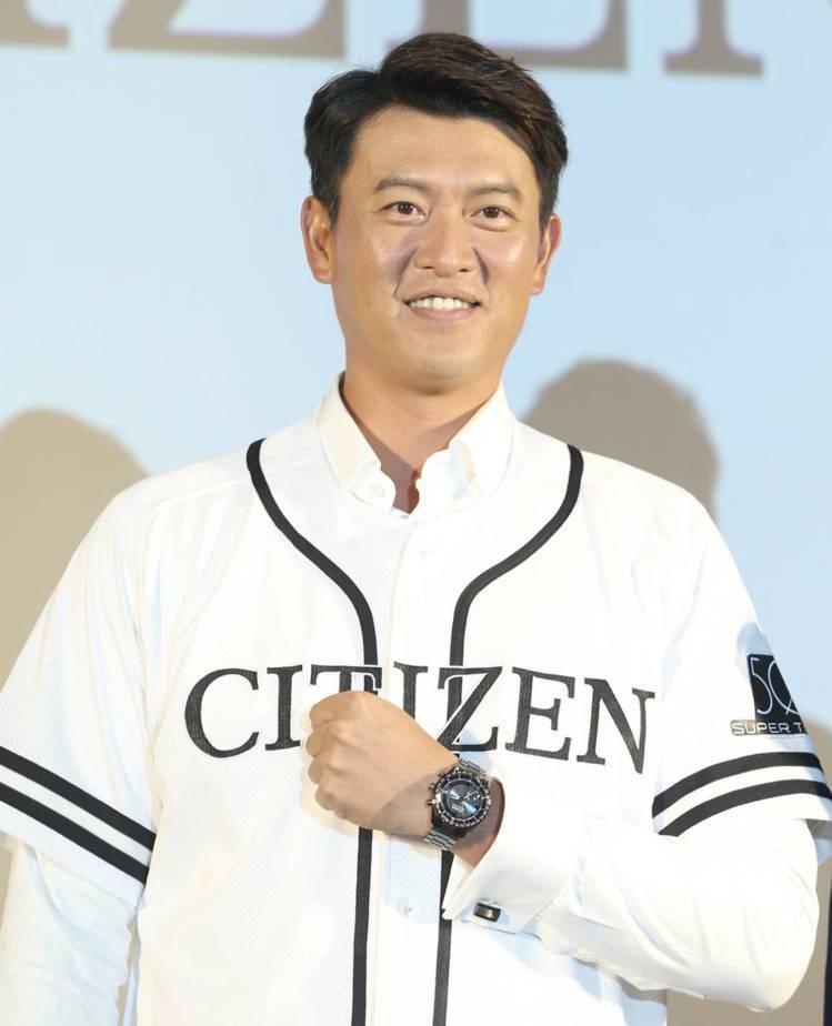 王建民身穿CITIZEN致贈的特製球衣,配戴光動能GPS衛星對時CC3085-5...