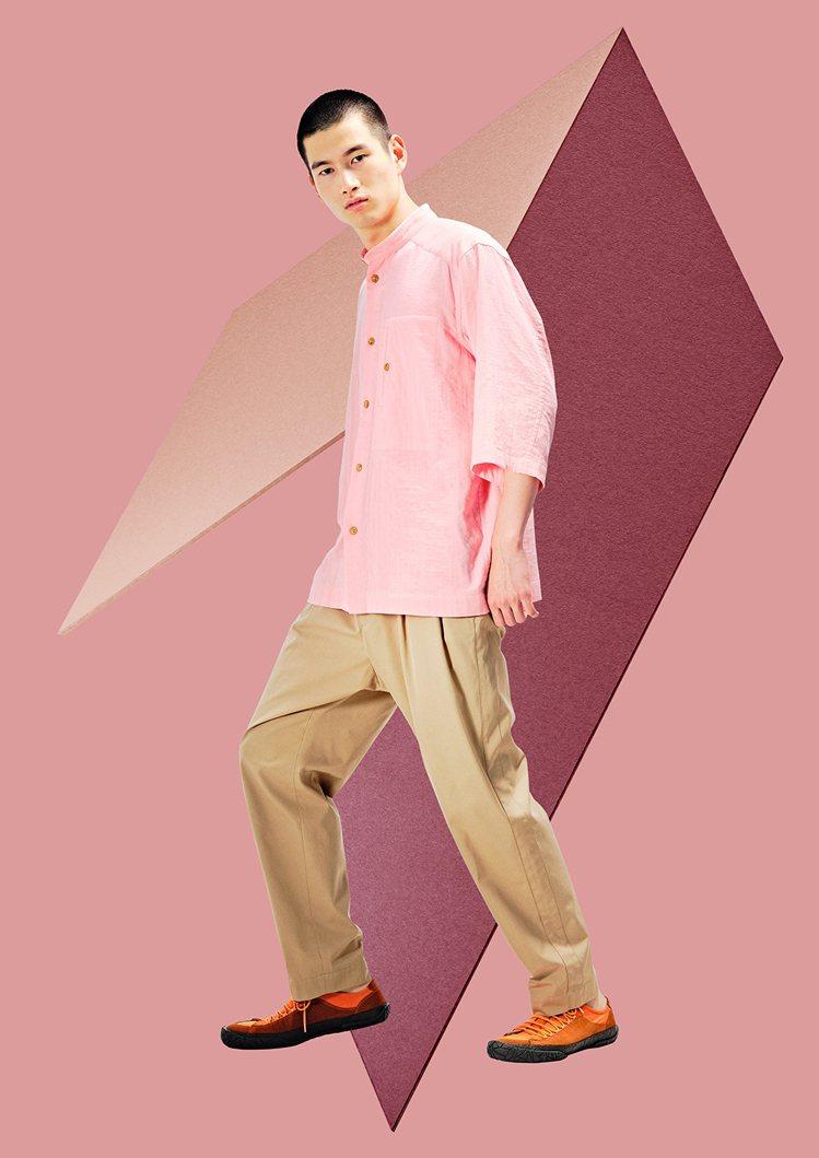 雙面棉L立領襯衫21,300元、舒棉軋別丁長褲23,300元。圖/君梵提供