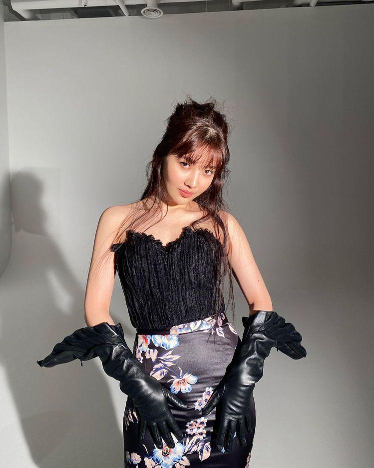 Red Velvet成員Joy (朴秀英)則是穿Blumarine絲綢印花長裙配...