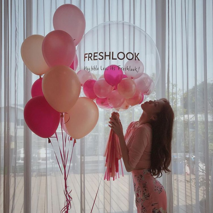 李聖經身穿一襲Blumarine淺粉紅色緞面花卉窄裙,還大秀凹身體技巧,性感魅惑...