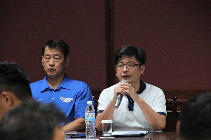 中華籃協理事長謝典林(中)對於新聯盟成立樂觀其成。記者劉肇育/攝影
