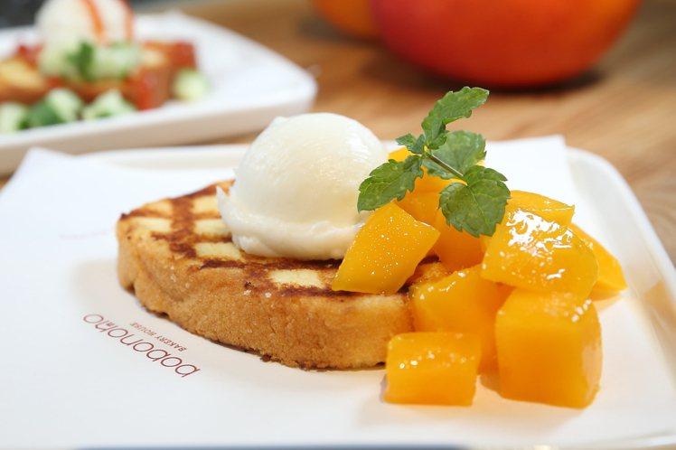 磅蛋糕可以小火煎熱後,搭配冰淇淋、芒果,製作成夏季甜點。記者陳睿中/攝影