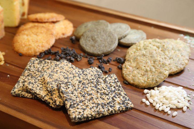 波波諾諾販售有柚香烏龍、芝麻脆餅、香蔥米餅等8種手工餅乾。記者陳睿中/攝影