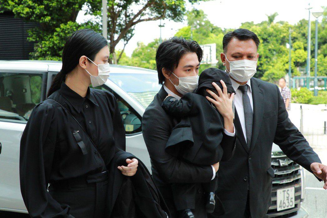 何猷君與妻子奚夢瑤帶著兒子來送別父親。圖/CFP視覺中國