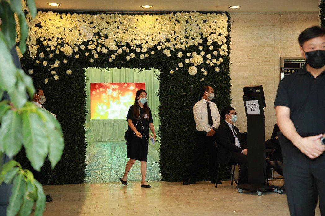 何鴻燊的靈堂有許多鮮花裝飾。圖/CFP視覺中國