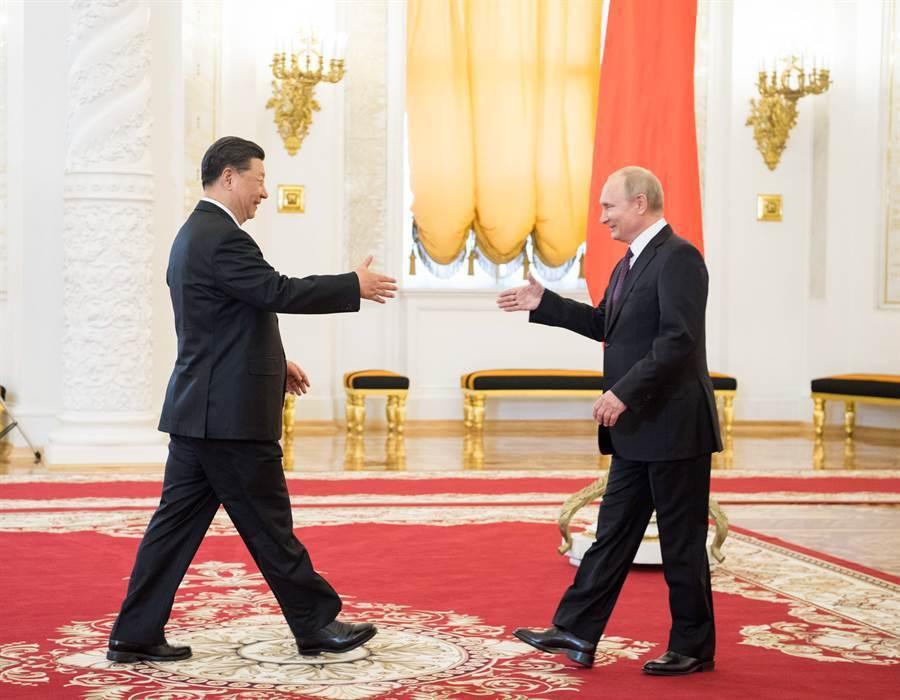 大陸國家主席習近平(左)此前訪問俄國,與俄羅斯總統普亭(右)會面。圖/取自新華社