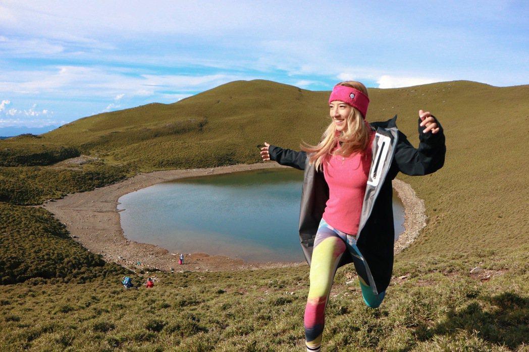 瑞瑪席丹見到嘉明湖美景,露出開心笑容。圖/彥恩國際提供