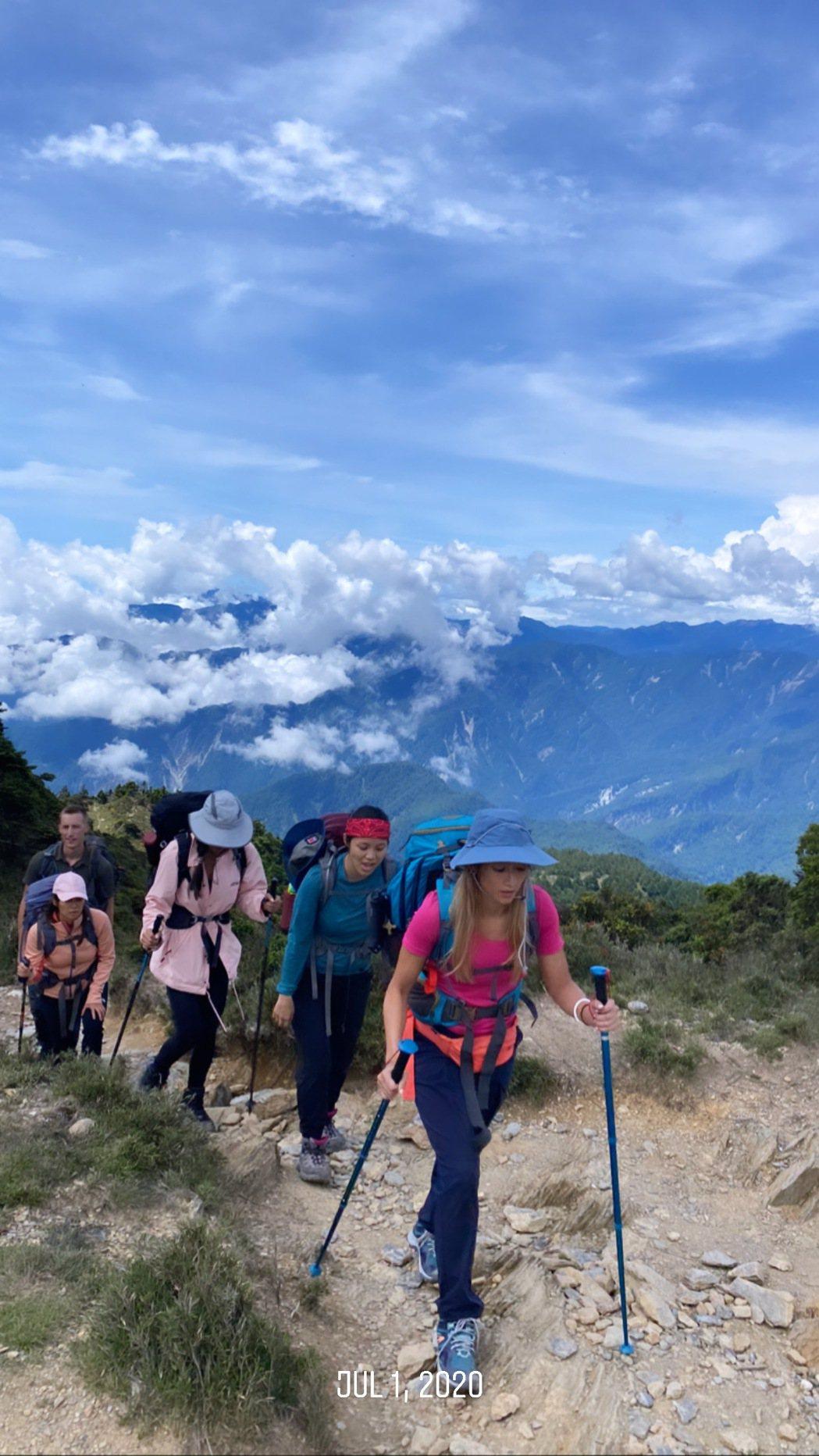 瑞瑪席丹等一行人克服高山症,往目的地前進。圖/彥恩國際提供