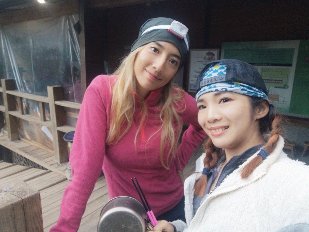 瑞瑪席丹(左)感謝同門的登山高手詹喬愉幫忙,有一趟順利安全的高山之旅。圖/彥恩國...