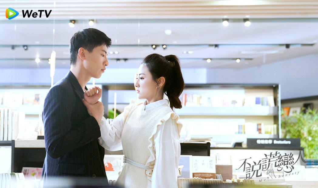 辛雲來(左)在「不說謊戀人」中飾演霸氣總裁,遇上軟萌妹梁潔。圖/WeTV提供