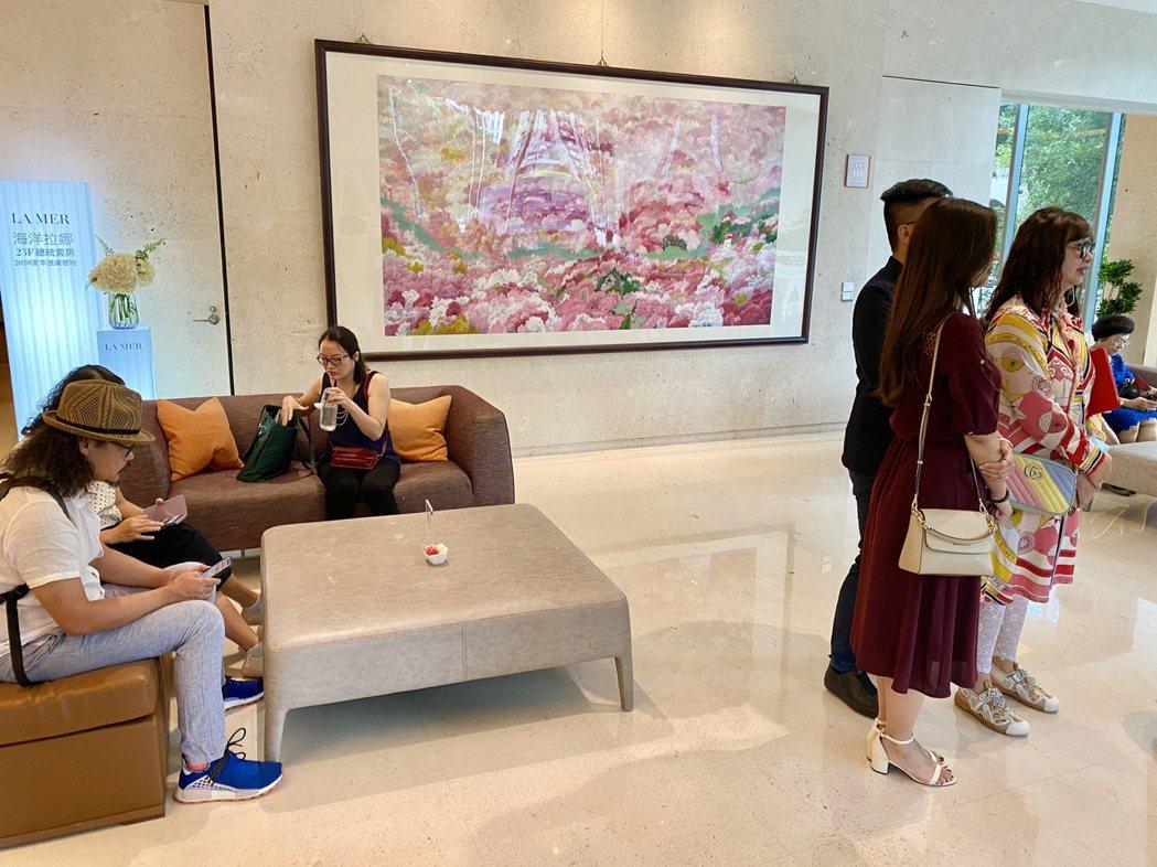 這次展出的作品中,透過彩墨詮釋四季風華、禮讚大自然,同時讓飯店空間一次呈現二十四...