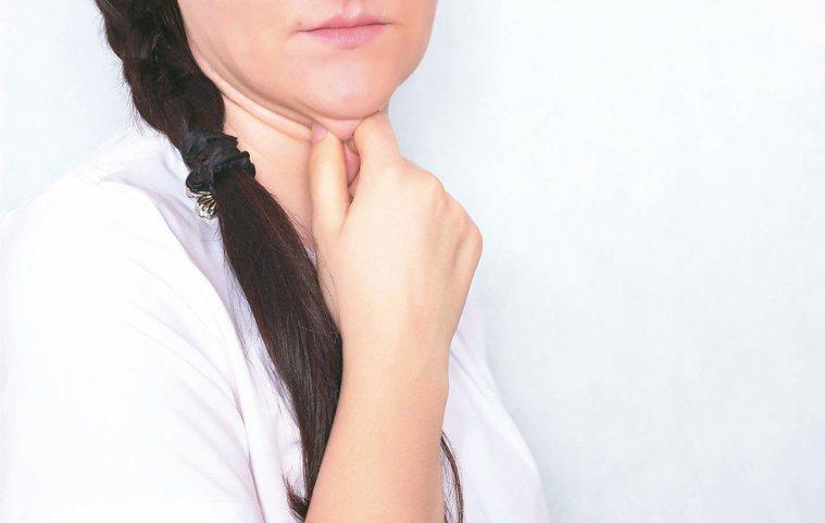 雙下巴會嚴重影響臉部線條,甚至會看起來像臉和脖子連在一起。圖╱123RF