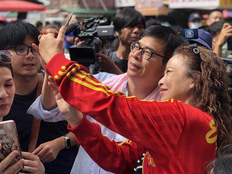 民進黨高雄市長補選參選人陳其邁昨天到三民區建興市場掃街,受到支持者熱情包圍。記者王慧瑛/攝影