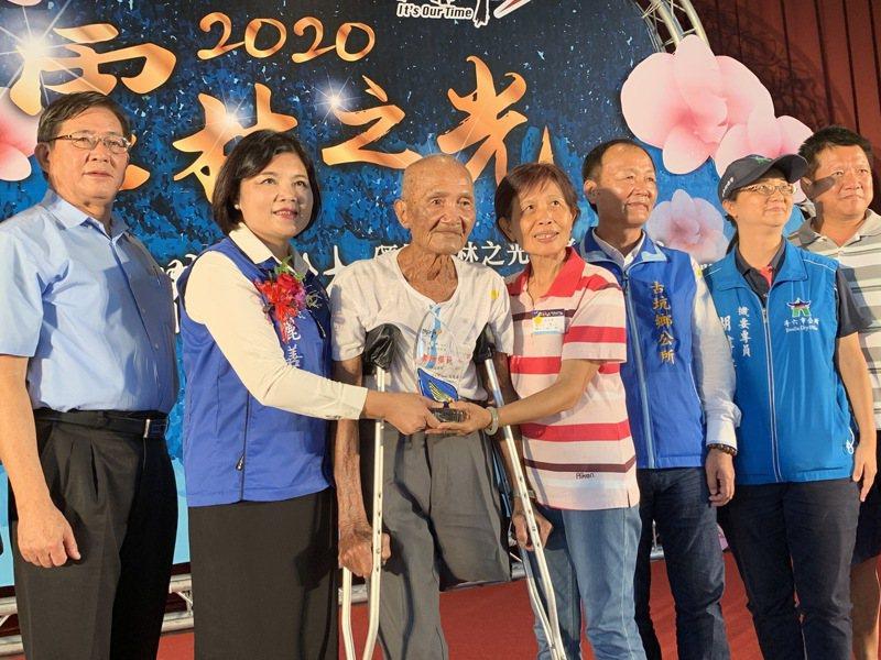 雲林縣長張麗善(左二)昨表揚孝行楷模獲獎人,其中汪月秋(右四)更獲縣府舉薦參加全國孝行獎選拔,高齡92歲的汪爸爸(左三)也出席典禮。記者陳苡葳/攝影
