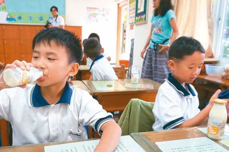 最快下學期全台國中小學,每人每周可喝到一瓶國產豆漿。圖/聯合報系資料照片