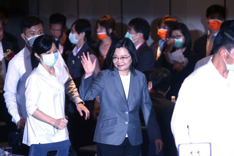 蔡英文總統(中)下午出席「台灣機械工業同業公會會員代表大會」,感謝口罩國家隊的貢獻。記者蘇健忠/攝影