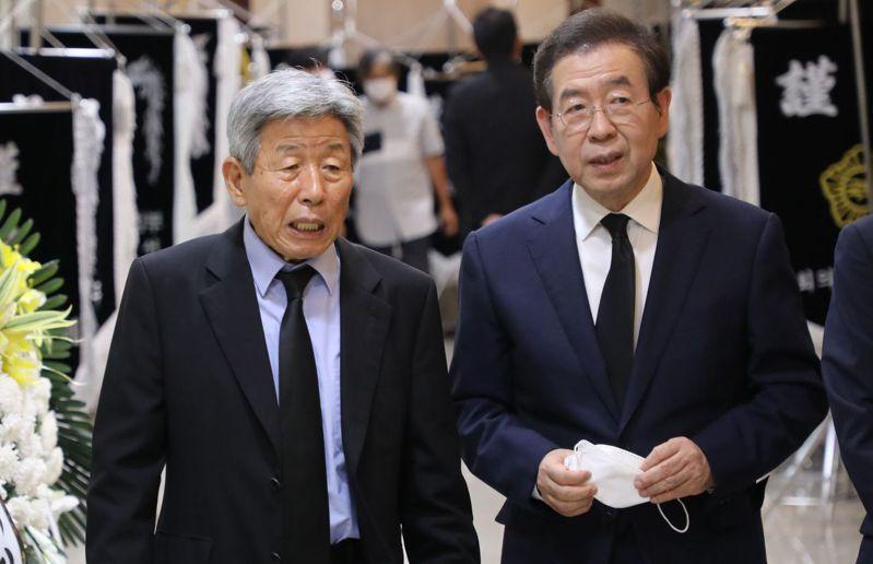 南韓首爾市長朴元淳(右)目前行蹤不明,警方正派員搜尋。 法新社