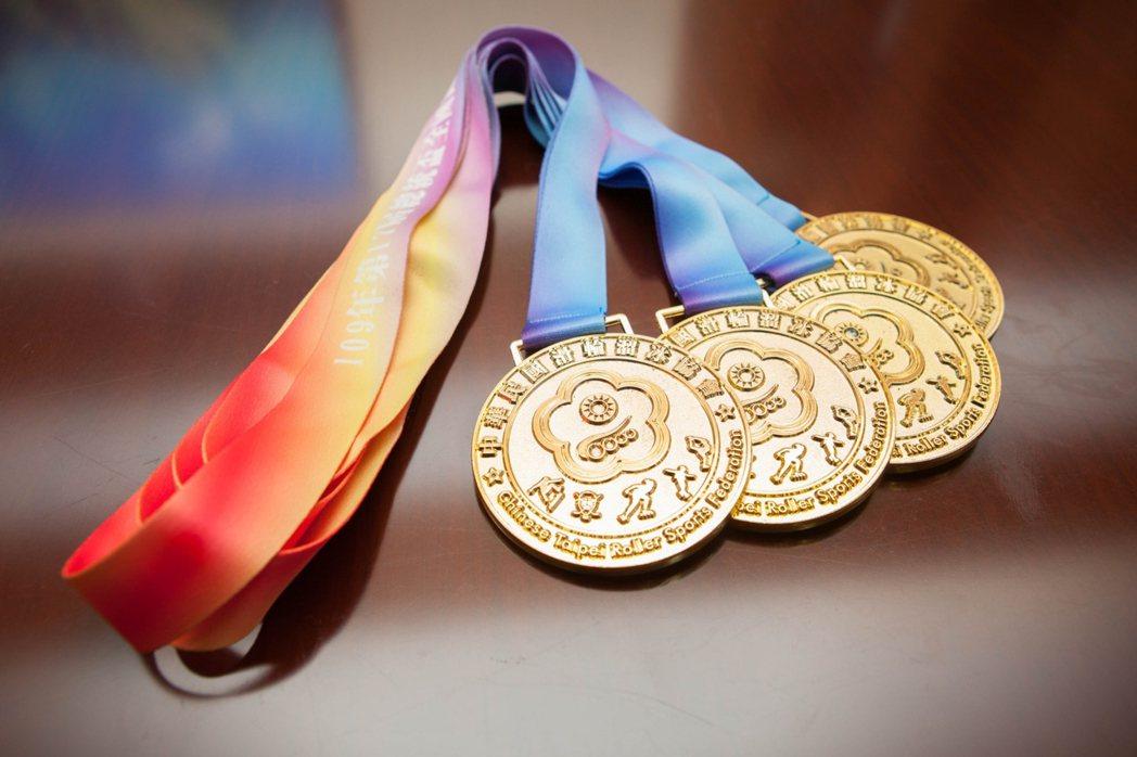 第十七屆總統盃花式溜冰錦標賽四面金牌。輔英/提供。
